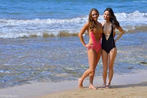http://img247.imagevenue.com/loc25/th_557420795_Mary_and_Aubrey_Hawaii_II_Beach_Bunnies_4_123_25lo.jpg